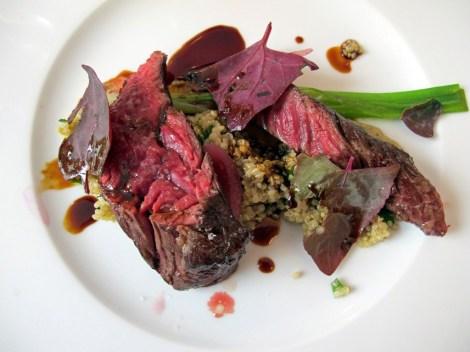 Onglet de boeuf avec quinoa, aubergine, herbes